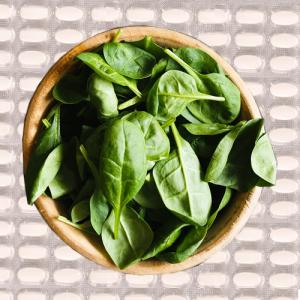 Grønne grøntsager har et højt magnesiumindhold. Mange supplerer derudover med et dagligt magnesiumtilskud.
